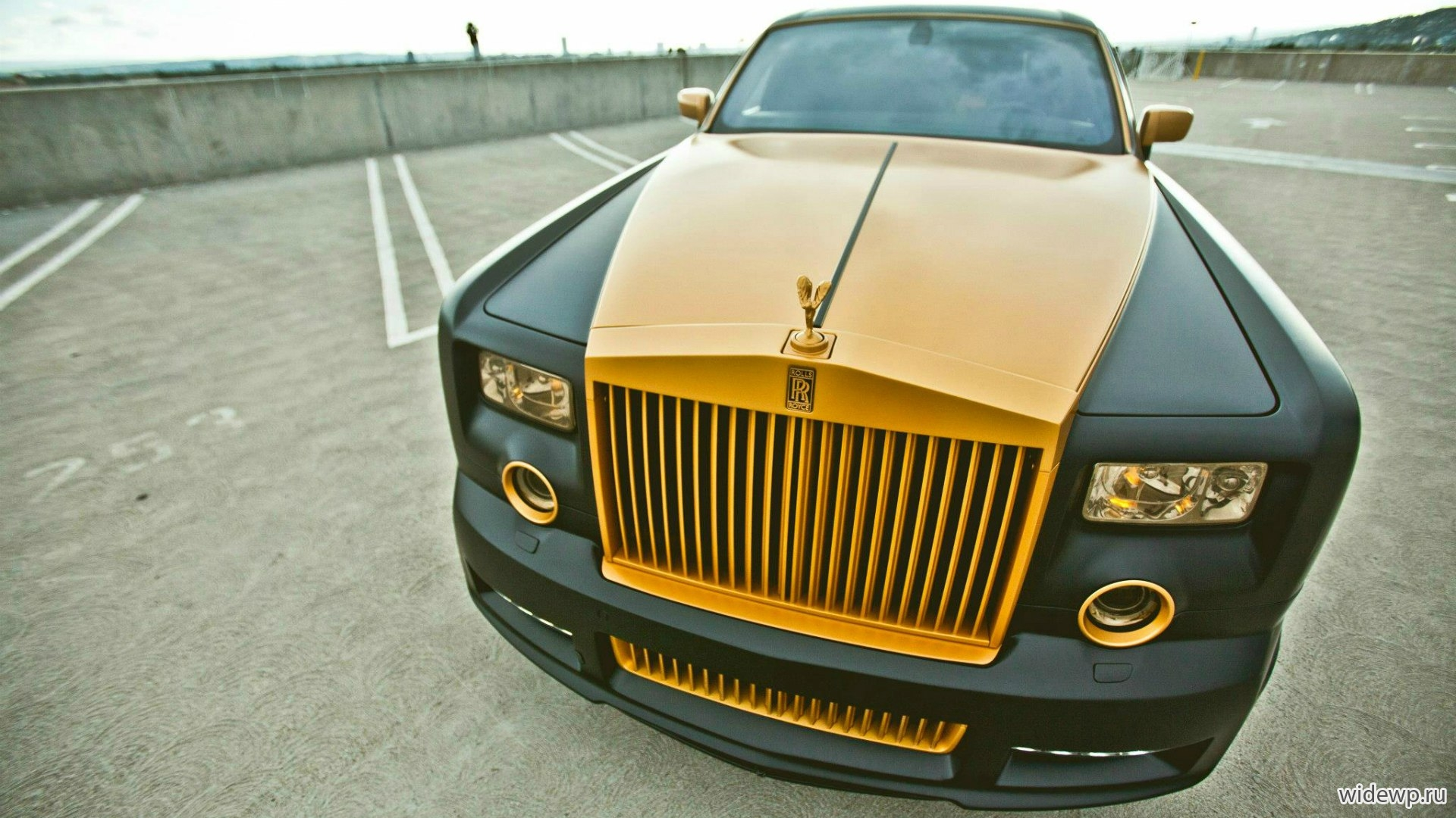 Автомобили Gold Rolls-Royce Phantom